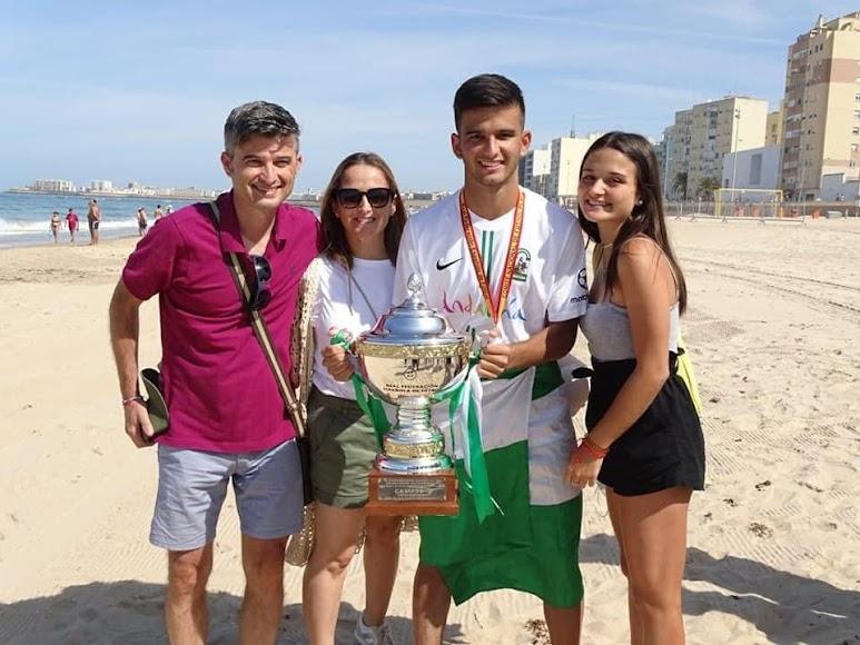 Con su familia en la playa de Cádiz.