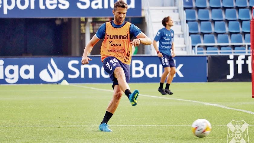 Aitor Sanz en el entrenamiento del conjunto \'chicharrero\'.