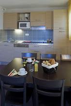Photo: Coin cuisine et coin repas d'un appartement de la résidence
