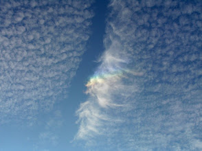 Photo: Vliegtuigspoor veroorzaakt uitsneeuwende altocumulus (valstreepwolk) Stukje circumzenitale boog is zichtbaar