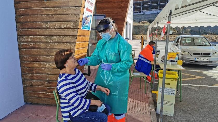 Una mujer se somete a la recogida de muestras para la prueba.