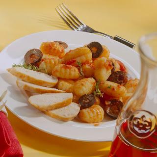 Gnocchi zu Kräuter-Tomaten-Sauce mit Oliven