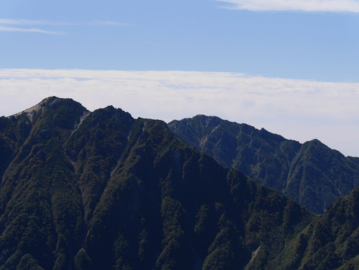 空木岳と南駒ヶ岳(右奥)