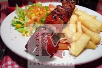 Photo: Brocheta de cerdo adobada con pataticas y ensalada