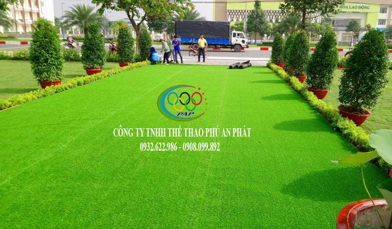 tuyệt mỹ khi dùng cỏ nhân tạo còn giảm được tiền phí trong thiết kế