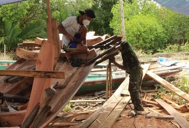 Guna Mengatasi Kesulitan Warga Masyarakat Anggota Zidam Bantu Warga Buat Perahu di Kecamatan Paloh
