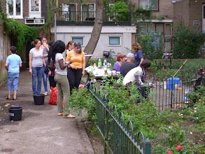 Photo: Nieuwe Houttuinen. Bewoners knappen zelf hun parkje op.