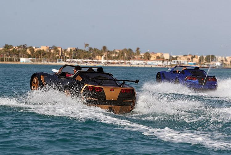 乘坐一辆可以在埃及亚历山大的波尔图码头旋转的车辆旋转。