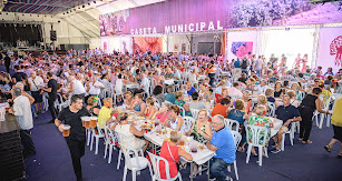 Los más mayores han podido disfrutar en este homenaje de la Feria con una comida con amigos y, después, han bailado pasodobles.