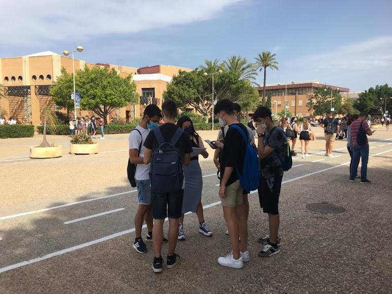 Pequeños grupos de alumnos minutos antes de la segunda prueba.
