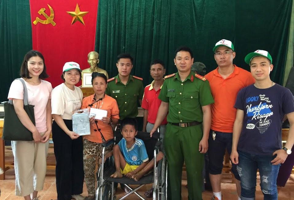 Chi đoàn Công an huyện Con Cuông phối hợp các đơn vị tặng quà cho một em học sinh có hoàn cảnh khó khăn trên địa bàn