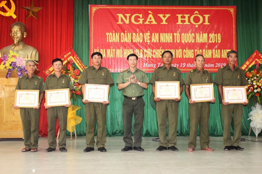 Thượng tá Phan Thanh Bình, Phó Trưởng Công an huyện Hưng Nguyên trao kỷ niệm chương và khen thưởng các cựu chiến binh xã Hưng Tây, huyện Hưng Nguyên có thành tích trong phong trào toàn dân bảo vệ ANTQ và đấu tranh phòng, chống tội phạm
