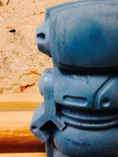 objet déco en béton en forme de robot couleur bleu pour une déco rétro geek