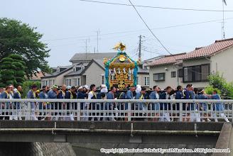 Photo: 【平成19年(2007) 本宮】 姥川に掛かる「田中橋」を渡る。