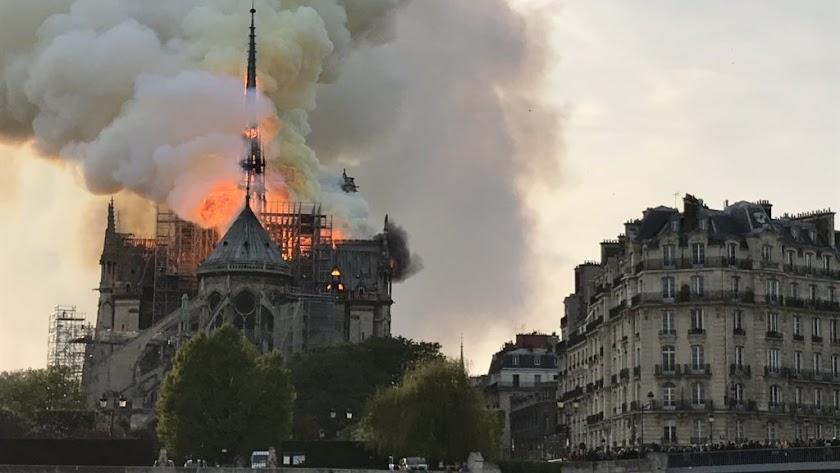 Incendio en la Catedral de Notre Dame de París (foto: @MassonTom1).