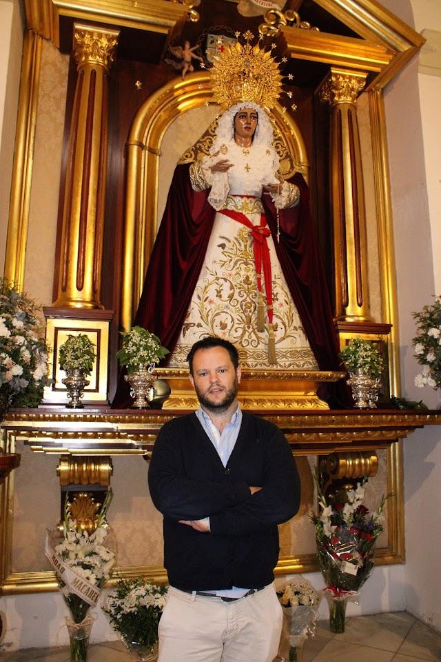 Basilio García ante la Virgen de Fe y Caridad.