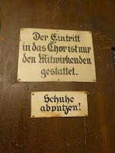 Photo: Schöne alte Aufschriften am Aufgang zum Chor. Der Fotograph hatte saubere Schuhe.