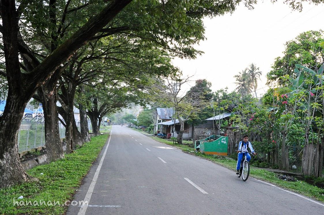 Jalan raya Lamreh yang tampak asri jika hujan lama tak turun.