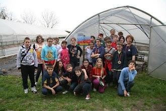 Photo: Foto di gruppo davanti alla sera dove i ragazzi hanno piantato le verdure e da dove verranno a raccogliere insieme ai genitori
