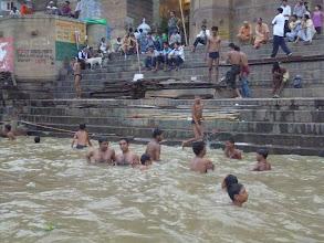 Photo: Každý den sem míří kolem 60 000 poutníků, aby byli svědky pohřebních obřadů nebo jenom vykonali rituální koupel.