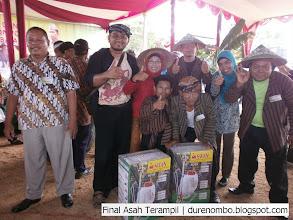 Photo: Suyitno dan Regu Juara II Lomba Asah Terampil Gapoktan - Tersono