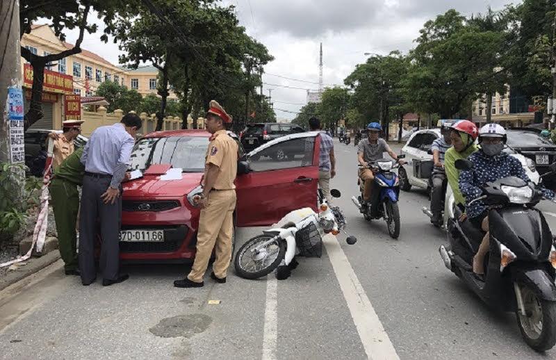Hiện trường vụ mở cửa xe ôtô gây tai nạn trên đường Nguyễn Thị Minh Khai, TP Vinh