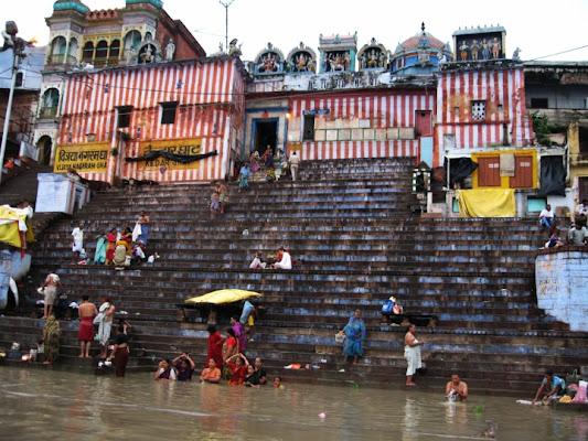Varanasi  ghat verso il Gange di realsandro