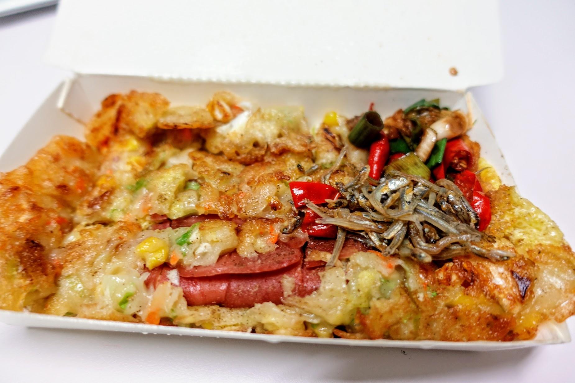 火腿蛋餅,滿滿的一盒啊! 是麵糊蛋餅,表皮很酥脆,裡頭還有紅蘿蔔/蔥花/玉米的料喔..