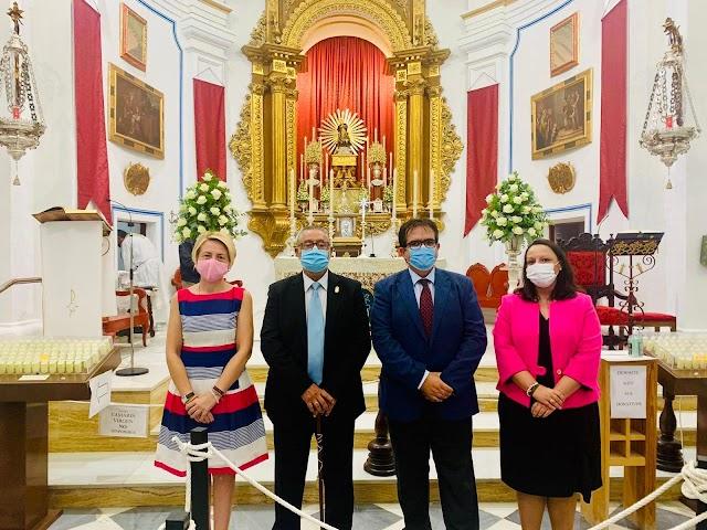 La delegada de Cultura, el alcalde de Albox y los diputados provinciales ante la Virgen del Saliente.