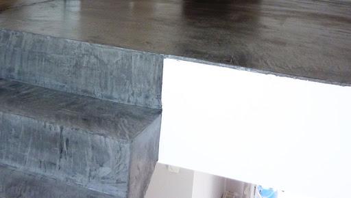 Marches d'escalier et palier recouvert d'un béton ciré ANTHRACITE
