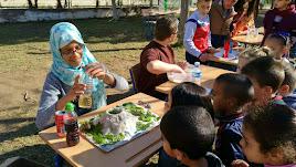 Alumnos de 5º y 6º de Primaria mostrando y explicando sus inventos y experimentos a los alumnos de las otras clases del centro que los iban visitando.