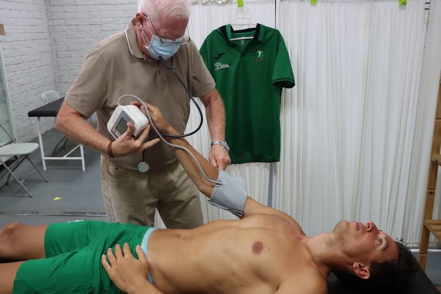 El doctor García realizando pruebas.