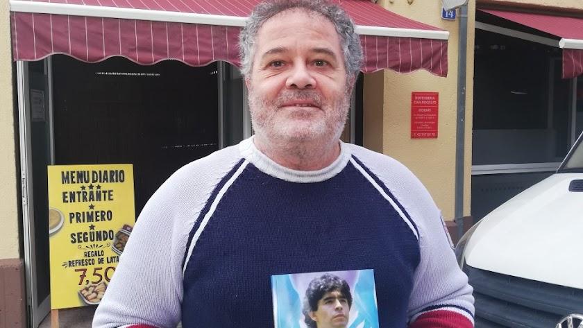 Antonio Torres mostrando la obra de su vida.
