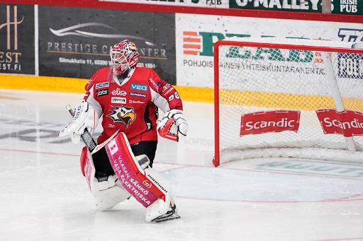 Mika Järvinen torjui Sportille pisteen, mutta Otso Rantakarin laukaus painui selän taakse jatkoajalla. (Kuva: Samppa Toivonen)