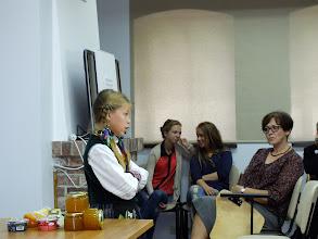 Photo: Jaunosios dainininkės Aurelijos Jankauskytės klausosi Rambyno reg. parko direktorė Diana Milašauskienė.
