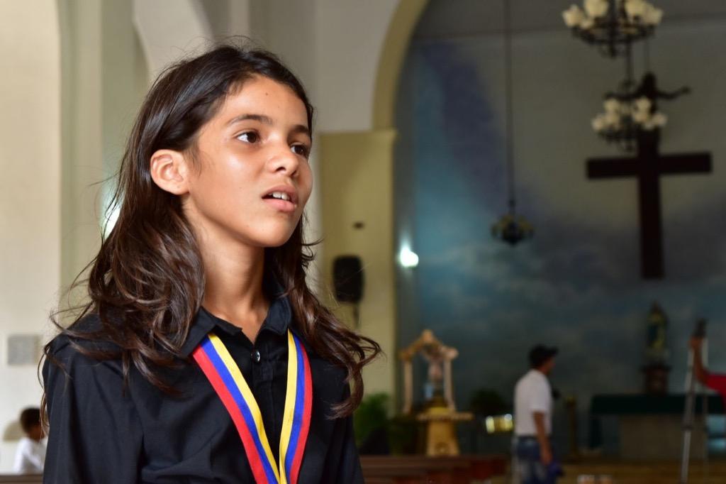 María Angélica Sánchez, de 13 años de edad, tiene apenas tres años como integrante de la Coral Juvenil de Pueblo Nuevo. Con su hermosa voz deleitó a los presentes, durante el concierto ofrecido en la iglesia Imaculada Concepción de la localidad. Su gran sueño es ser aplaudida en los grandes escenarios de Venezuela y el mundo