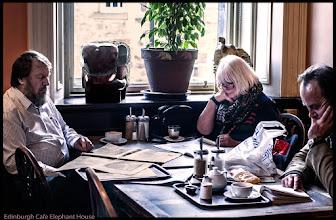 Photo: Die Schotten trotzen dem schlechten Wetter indem sie stundenlang in ihren gemütlchen Kaffeehäusern herumsitzen, lesen und schwatzen.  Menschen und Leute in der Galerie: https://goo.gl/nN5COH