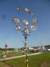 Photo: The Flower in the wind, mobile, recycling art and wind turning skulpture, Windblühte, Windspiel in verschiedensten Ansichten, MIrko Siakkou-Flodin