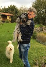 Photo: Jörg kann's nicht lassen - eine kleine Kuscheleinlage mit Ellie, aber die will nach kurzer Zeit lieber wieder runter zu Danoky