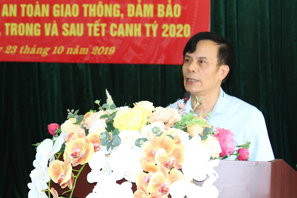 Đồng chí Trần Ngọc Tú, Phó Bí thư Thành ủy, Chủ tịch UBND TP Vinh chỉ đạo các ban, ngành, phường, xã trên địa bàn quyết liệt ra quân triển khai công tác phòng chống pháo, giải tỏa hành lang ATGT và TTĐT trước, trong và sau Tết Nguyên đán Canh Tý 2020.