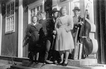 """Photo: Vasselhyttans bygdegård 1948. Dansbandet kallades för """"Stenkrossen"""" årtal omkring 1948 fr v: Hjördis Karlsson, Gösta Ahlström, Gert Falk, Alvar ?, Astrid Persson, Martin Nilsson vid basen"""