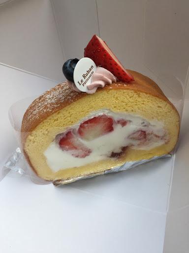 季節限定草莓蛋糕捲😋😋😋奶油香濃不甜膩,蛋糕體溼潤蛋香味足夠,草莓數量不少呦!滿分蛋糕捲❤️