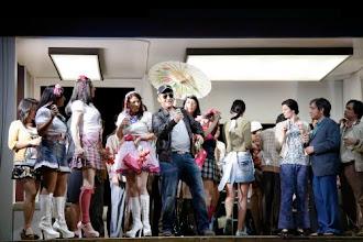 Photo: MADAMA BUTTERFLY in ESSEN. Inszenierung: Tilman Knabe - 16.4.2011. Die Hochzeitsgesellschaft.  Foto: Aalto-Theater Essen