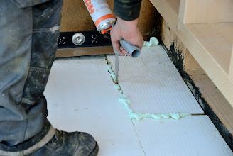 Photo: 20-11-2012 © ervanofoto Resterende voegen tussen het gebouw en isolatieplaten, en de isolatie onderling worden zorgvuldig opgespoten.