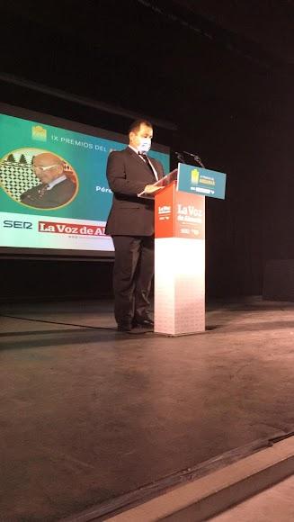 A título póstumo, el Premio Gente es para Isidro Pérez Molina. En el escenario, su hijo.