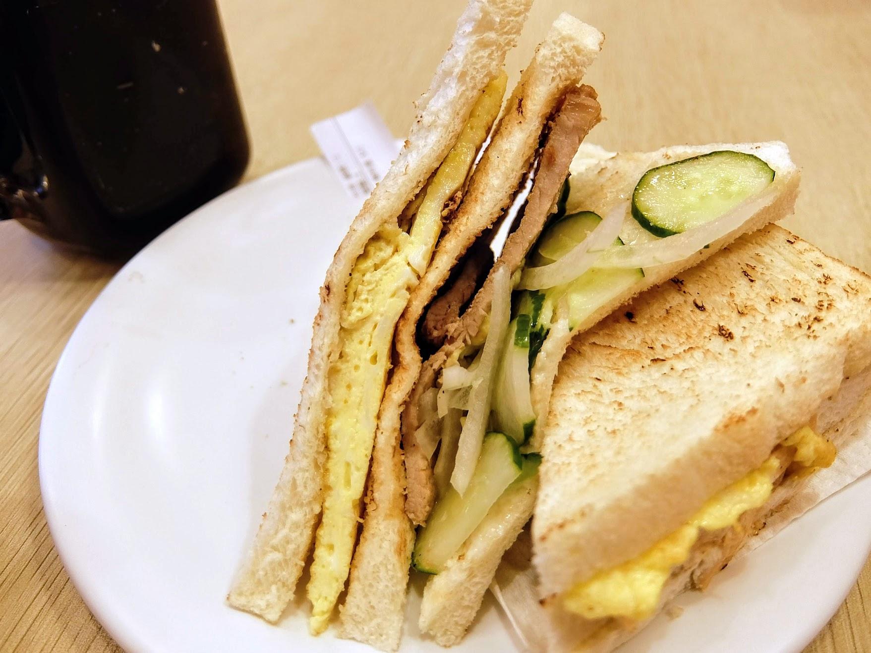 麵包中間夾著蛋/蜜汁烤肉/黃瓜/洋蔥等...
