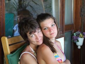 Photo: Karin lebt seit fast dreißig Jahren in Italien und hat es nie bereut. Klar, bei der Familie! Hier mit Elena, der ältesten Tochter. [Foto: Sofia Rastelli]