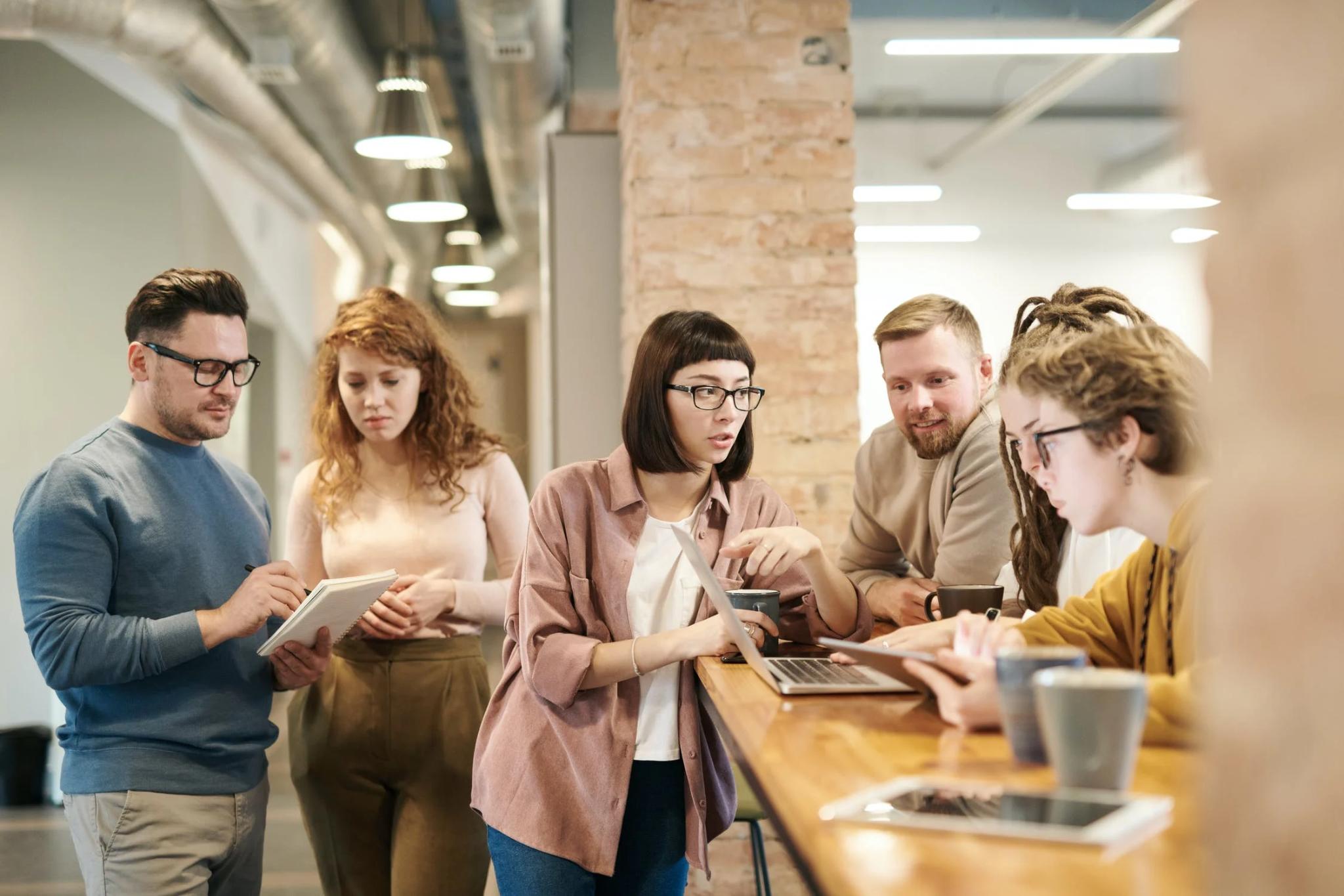 kolegovia diskutujú v spoločných priestoroch firmy