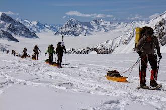 Photo: Gdy nawigacja GPS pokazuje nam wysokość 2950 m n.p.m. ,czyli tam gdzie powinien się znajdować Kahiltna Pass Camp, nie widzimy żadnego namiotu tylko kilka pustych platform. To było bardzo mylące , bo ruszyliśmy dalej w poszukiwaniu Campu nr. 2 nie wiedząc , że go właśnie ominęliśmy. Gdy się zorientowaliśmy, było już za późno aby zawracać i zebraliśmy ostatnie siły aby dotrzeć do trzeciego Campu o 400 metrów wyżej. Był to bardzo długi i trudny dzień. Ostatnie podejście było najbardziej strome ze wszystkich do tej pory. Pokonaliśmy łącznie od wylądowania na lodowcu prawie 20 km , nogi zmęczone od wędrówki, ramiona nas bolały od plecaków , stopy miały odciski od nowych butów, biodra nadwyrężyliśmy ciągnięciem sani, na tej wysokości 3000 metrów zaczęliśmy też już odczuwać podczas wysiłku brak tlenu w powietrzu.  Po drodze spotkaliśmy kilka osób wracających do domu. Każdy powtarzał nam to samo, że było załamanie pogody, przez tydzień przesiedzieli w namiotach i że nie udało im się zdobyć szczytu.