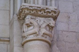 Photo: Romanische Säule mit verziertem Kapitell, auf dem sich zwei Löwen gegenüber stehen